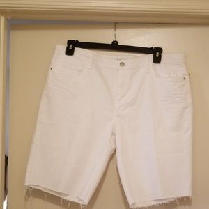 Distressed white raw edge Bermuda shorts 16/33